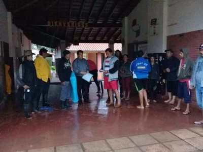 Gobierno asiste a través de la EBY a familias afectadas por lluvia en zona sur del país