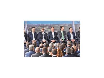 Presidente   le exhibe en primera fila al cuestionado  Cuevas