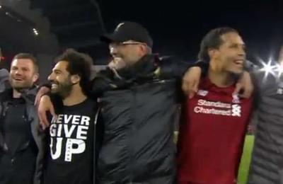El emotivo canto entre hinchas y jugadores del Liverpool tras el épico triunfo ante el Barcelona