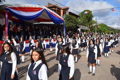 Desfile estudiantil en homenaje a la Patria en San Lorenzo