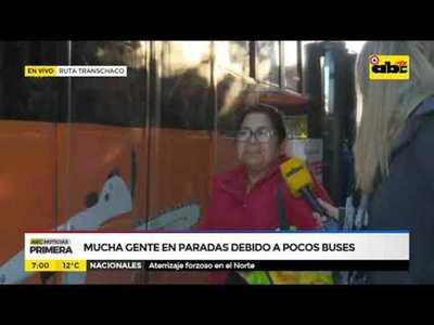 Mucha gente en paradas por pocos buses