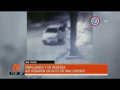 Empujando y en reversa, así robaron un auto.