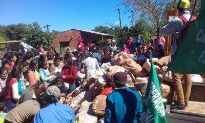 Campesinos donan alimentos a damnificados