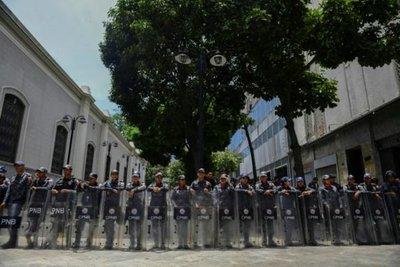 """Guaidó denuncia que gobierno de Maduro busca """"cerrar"""" el Parlamento"""