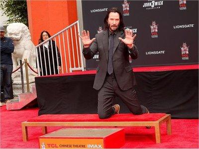 Keanu Reeves inmortaliza sus huellas y firma en Hollywood