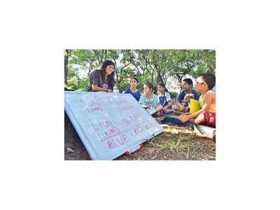 Joven que enseña inglés en plazas pide apoyo para viajar