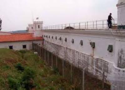 Peligroso recluso habría escapado con ayuda de guardiacárceles