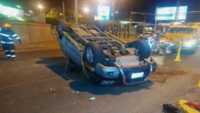 HOY / Semáforo intermitente: camioneta volcó tras choque con otro vehículo