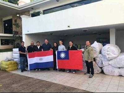 Taiwaneses entregan víveres para damnificados