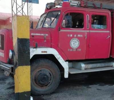 Desconocidos rocían con combustible vehículos de bomberos