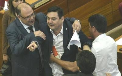 HOY / Efrainistas, Añetete, PQ y los luguistas salvan a Buzarquis de la pérdida de investidura