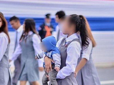 Desfiló con su bebé en brazos: algunos aplauden y otros critican