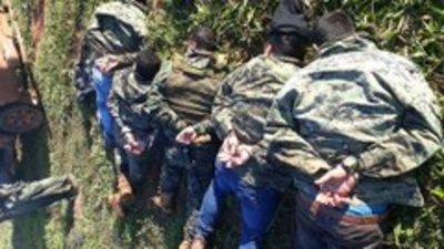 Policías detenidos no tenían autorización para permanecer en inmueble allanado