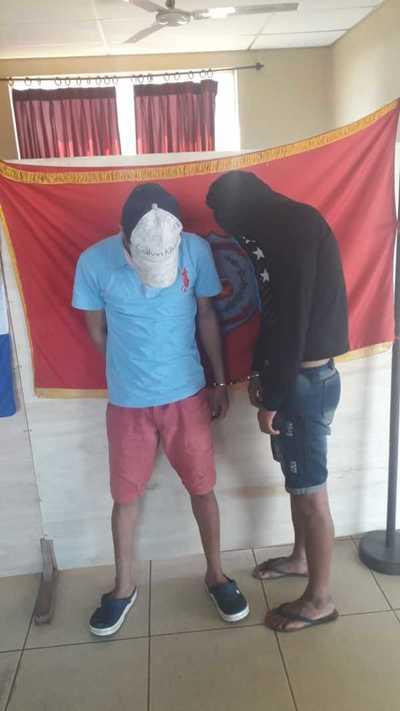 Jóvenes son detenidos por robo de motocicleta