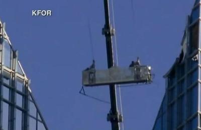 Limpiadores de vidrios vivieron minutos de terror en las alturas por culpa del viento