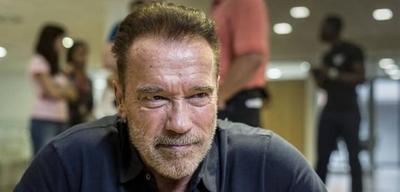 HOY / Agreden a Arnold Schwarzenegger con una patada voladora en Sudáfrica