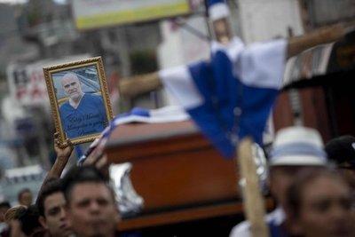 Entierran a opositor en Nicaragua entre asedio de policías antimotines