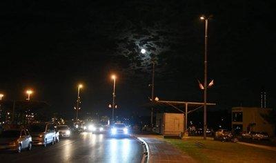 Poca luz en la avenida Costanera