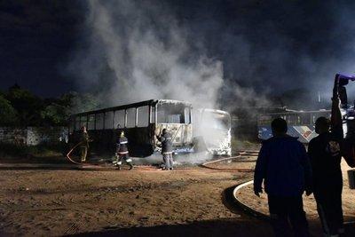 Se incendian dos colectivos de la línea 55