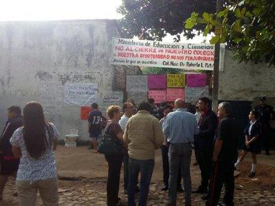 Estudiantes toman Colegio Nacional Roberto L. Petit