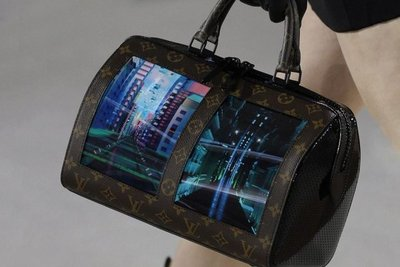 Las pantallas plegables llegan a los bolsos de lujo