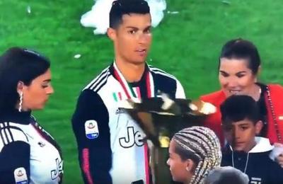 Cristiano Ronaldo golpeó en la cara a su hijo con el trofeo de la Serie A