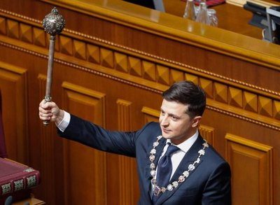 Presidente de Ucrania jura su cargo y anuncia disolución del Parlamento