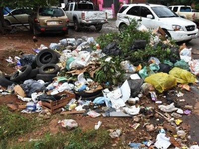 Minivertederos inundan y poluyen calles de Asunción