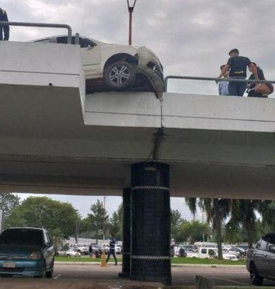 Conductor casi cae de la rampa de vehículos al quedar dormido frente al volante en el  Aeropuerto