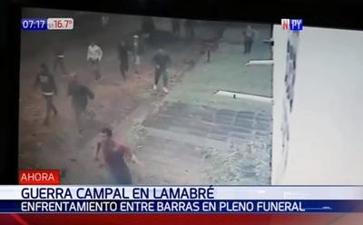 Barras bravas se enfrentan durante velorio de hincha asesinado