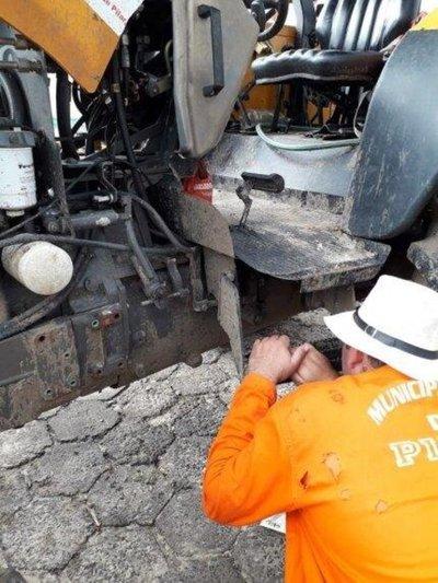 'Vándalos' atentan contra tractor que era parte de la defensa de Pilar
