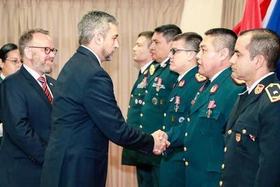 Presidente impone medallas a egresados de academia militar británica