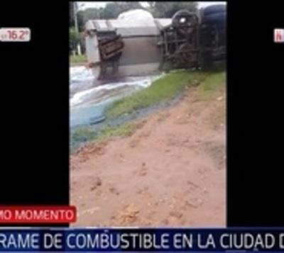 Camión de gran porte vuelca y pierde cantidad peligrosa de combustible