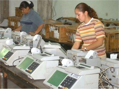 Técnicos advierten vulnerabilidad de urnas y dificultad para auditar