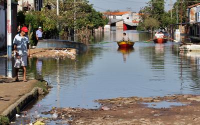 La crecida del río Paraguay arrastra la pobreza urbana a las plazas de Asunción