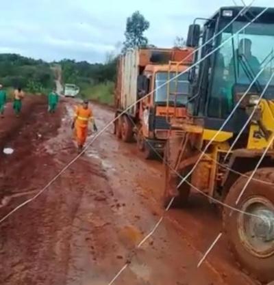 Camiones remolcados por tractores ante mal estado de caminos, en CDE