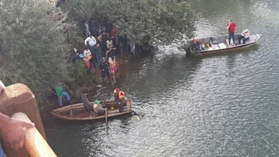 HOY /  'Disputa' en un puente, camión  cayó al río al intentar evitar un  choque: un desaparecido