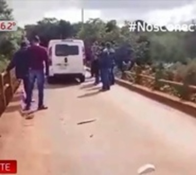 Logran salvar a conductor de vehículo que cayó a río Yguazú