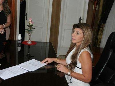 Ex intendenta de CDE se adjudicó millonario viático antes de dejar el cargo