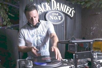 Con más de 500 vinilos, ¡relator se volvió un DJ!