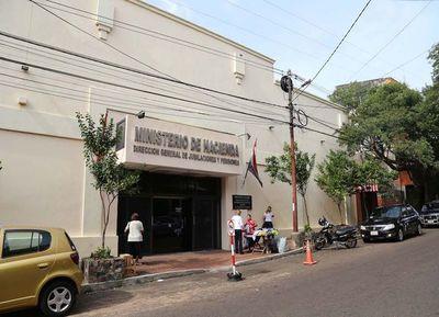 Médicos comprometen ahorro de la caja fiscal, dice Hacienda