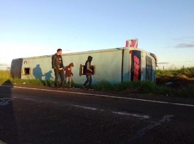 Ómnibus vuelca tras chocar contra un caballo en Concepción