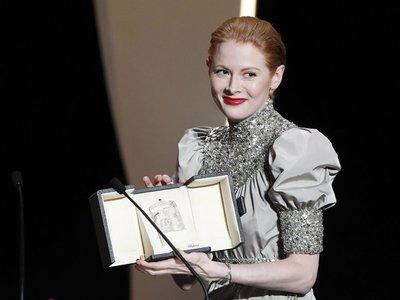 Emily Beecham gana el premio a mejor actriz en Cannes
