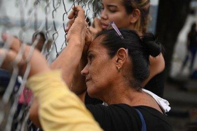 Familiares esperan frente a la morgue tras muerte de 29 presos en Venezuela