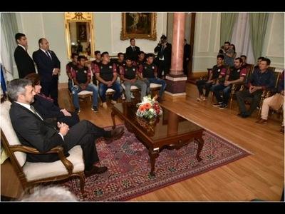 Futbolistas de Puerto Diana exponen necesidades de Bahía Negra a Mario Abdo