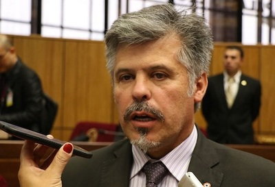 Ministro de Senad explica contratación millonaria de joven sin título