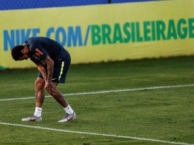 Neymar abandona rengueando su primer entrenamiento sin brazalete de capitán