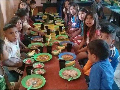 Alumnos reciben almuerzo escolar en Alto Paraguay