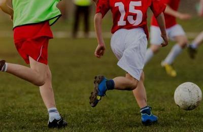 La conmovedora imagen de un padre que empuja la silla de ruedas de su hijo para que pueda jugar fútbol