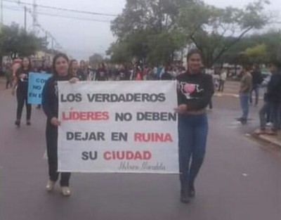 Culmina crispado desfile, con protesta generalizada contra autoridades